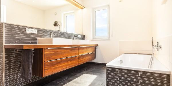 mq15-barrierefrei-komfort-bad-dusche-waschtisch-holz-feinsteinzeug-lichtleiste-spiegel-wc-rain-shower-neubau-architektur-schoener-wohnen-marquardt-dillingen-01-01