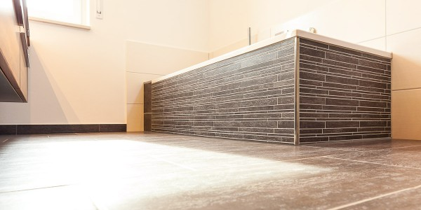 mq15-barrierefrei-komfort-bad-dusche-waschtisch-holz-feinsteinzeug-lichtleiste-spiegel-wc-rain-shower-neubau-architektur-schoener-wohnen-marquardt-dillingen-01-03