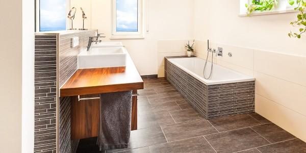 mq15-barrierefrei-komfort-bad-dusche-waschtisch-holz-feinsteinzeug-lichtleiste-spiegel-wc-rain-shower-neubau-architektur-schoener-wohnen-marquardt-dillingen-01-05