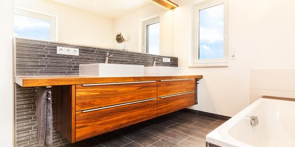 mq15-barrierefrei-komfort-bad-dusche-waschtisch-holz-feinsteinzeug-lichtleiste-spiegel-wc-rain-shower-neubau-architektur-schoener-wohnen-marquardt-dillingen-01-06