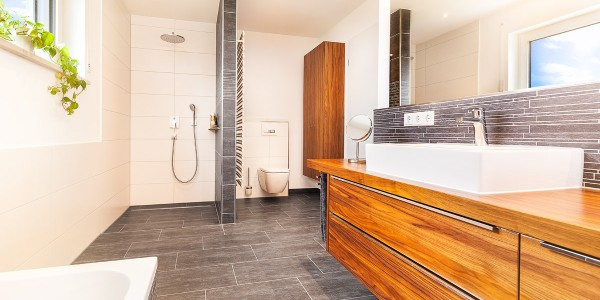 mq15-barrierefrei-komfort-bad-dusche-waschtisch-holz-feinsteinzeug-lichtleiste-spiegel-wc-rain-shower-neubau-architektur-schoener-wohnen-marquardt-dillingen-01-08
