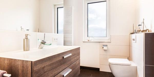 mq15-gaeste-wc-dusch-begehbar-barrierefrei-wand-fliesen-rain-shower-holz-optik-wc-bad-dusche-marquardt-dillingen-01-01